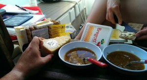 Onionsoup with the right things next to it..
